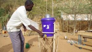 Seydou Guindo avec reservoir d'eau